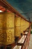 Tibet, gyantse, augustus 2010 - rij van gebedwielen Royalty-vrije Stock Fotografie