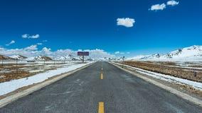 Tibet-Landstraßen-Winter-Landschaft panoramisch lizenzfreies stockfoto