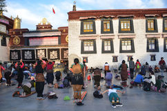Tibet, Lhasa, China, 04 Oktober, 2013 De boeddhisten maken prostratie (prostratie) vóór de eerste Boeddhistische tempel in Tibet, Stock Afbeeldingen