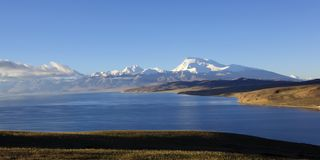 Tibet: mount naimonanyi and lake mapham yumtso Stock Images