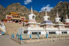 Tibet tempel med berget och fyrkanten Arkivfoto