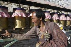 Tibet - tibetanischer Pilgerer an einem buddhistischen Kloster Stockbild