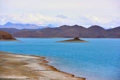 Tibet Yamdrok湖雪山湖Yangzhuoyongcuo 免版税库存照片