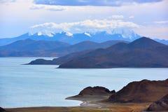 Tibet Yamdrok湖雪山湖Yangzhuoyongcuo 图库摄影