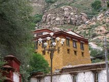 Tibetaans huis dichtbij het Serumsklooster, Lhasa, Tibet, China stock afbeeldingen