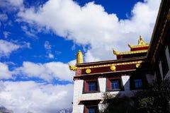 Tibetaanse Boeddhismetempel en hemel Royalty-vrije Stock Afbeeldingen