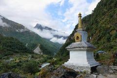 Tibetaanse Boeddhistische Stupa op de manier aan Phakding i Stock Foto's