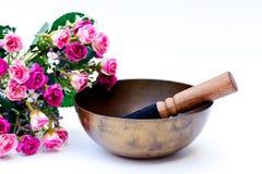 Tibetaanse kom met roze rozen stock afbeeldingen