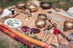 Tibetaanse kommen en andere muzikale instrumenten Royalty-vrije Stock Foto's
