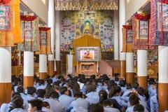 Tibetaanse leerlingen die aan zijn Heiligheid luisteren 14 Dalai die Lama Tenzin Gyatso het onderwijs in zijn woonplaats in Dhara Royalty-vrije Stock Foto