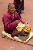Tibetaanse monnik die een oud tibetan manuscript lezen royalty-vrije stock afbeelding