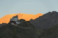 Tibetaanse stupa bovenop berg Stock Foto