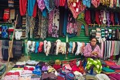 Tibetaanse vrouw die wollen kledingstukken weven Royalty-vrije Stock Foto's