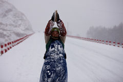Tibetan Buddhism. Snow, kowtowing to the direction of women toward the temple, knocking three steps, determination forward. Although devout Tibetans already Stock Photo