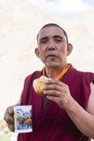 Tibetan buddistisk munk som har frukosten Arkivbild