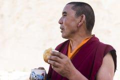Tibetan buddistisk munk som har frukosten Fotografering för Bildbyråer