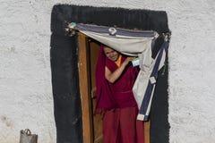 Tibetan buddistisk munk som kommer ut ur dörröppningen Royaltyfria Foton
