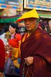 Tibetan buddistisk munk Spinning Prayer Wheel Arkivfoto