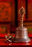 Tibetan buddistisk stilleben - vajra och klocka Arkivfoto