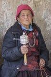 Tibetan gammal kvinna under mystisk maskering som dansar Tsam gåtadans i tid av Yuru Kabgyat den buddistiska festivalen på Lamayu Royaltyfria Bilder