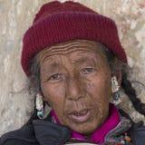 Tibetan gammal kvinna under mystisk maskering som dansar Tsam gåtadans i tid av Yuru Kabgyat den buddistiska festivalen på Lamayu Arkivfoton