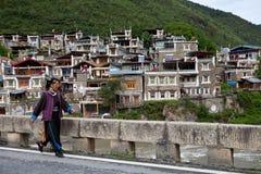 Tibetan by i Sichuan, Kina Royaltyfri Foto