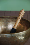 Tibetan kom met houten hamer stock afbeelding
