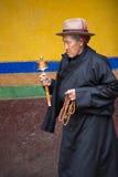 Tibetan kvinna som ber runt om den Palkhor templet Royaltyfri Foto