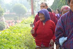 Tibetan kvinna som Prostrating på Bodh Gaya, Indien royaltyfri fotografi