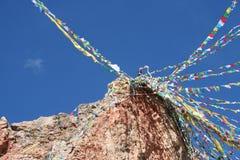 tibetan modlitwa zaznacza od above z niebieskiego nieba tłem obraz royalty free