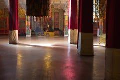 Tibetan munk som ber på hans egna inom den Potala slotten Arkivbilder