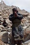 Tibetan nomad på det Drolma Lapasserandet, Tibet Arkivfoton