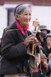 Tibetan pelgrim omcirkelt het paleis Potala stock foto