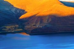 Tibetan plateau scene-Yamzho Yumco(yangzhoyong lake) bank Royalty Free Stock Photos