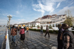 Tibetan prayers praying around the Potala Palace in Lhasa, Tibet Stock Images