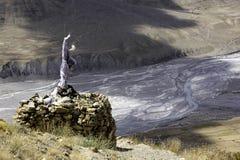 Tibetan Stupa och Spiti flod Arkivfoto