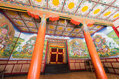 Tibetan tempelkorridor Arkivfoton