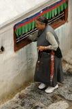 Tibetan vrouw het draaien wiel Stock Afbeeldingen