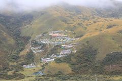 Tibetana bönflaggor i berg royaltyfri fotografi