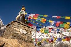 Tibetana bönflaggor och Annapurna 1 som bakgrund i Himalayas, Nepal fotografering för bildbyråer