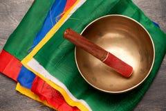Tibetana bönflaggor och sjungande bunke arkivbild