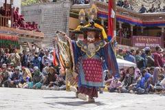 Tibetana buddistiska lamor i de mystiska maskeringarna utför en rituell Tsam dans Hemis kloster, Ladakh, Indien Arkivbilder
