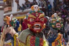 Tibetana buddistiska lamor i de mystiska maskeringarna utför en rituell Tsam dans Hemis kloster, Ladakh, Indien Arkivfoto