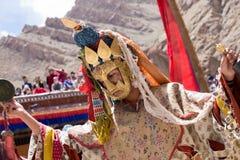 Tibetana buddistiska lamor i de mystiska maskeringarna utför en rituell Tsam dans Hemis kloster, Ladakh, Indien Royaltyfri Foto