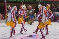Tibetana buddistiska lamor i de mystiska maskeringarna utför en rituell Tsam dans Hemis kloster, Ladakh, Indien Royaltyfri Fotografi