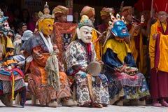 Tibetana buddistiska lamor i de mystiska maskeringarna utför en rituell Tsam dans Hemis kloster, Ladakh, Indien Royaltyfri Bild