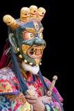 Tibetana buddistiska lamor utför en rituell dans i klosternollan Fotografering för Bildbyråer