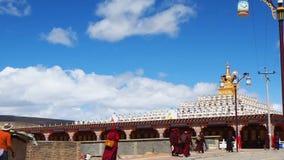 Tibetana buddistiska munkar och nunnor som går på pagoderna i Yarchen Gar Monastery stock video