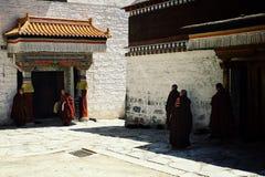 tibetana buddistiska munkar samlar i en av deras tempel för en händelse arkivfoto