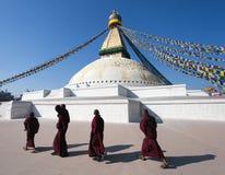 Tibetana buddistiska munkar som går runt om den Boudhanath stupaen under festival - Katmandu Arkivfoton